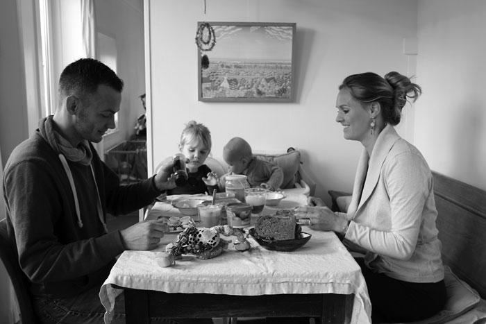 Familie Urban Mom aan het ontbijt